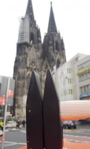 Der Kölner Hammer vor dem Dom